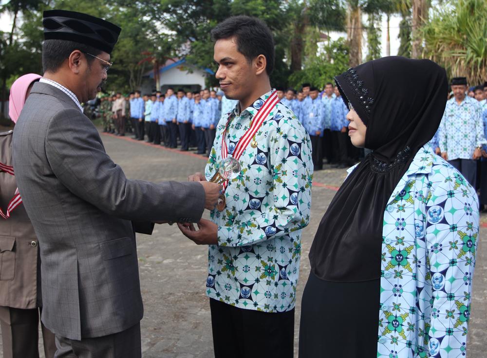 Bupati Janjikan Penghargaan Kepada Guru Berprestasi Kabupaten Gowa