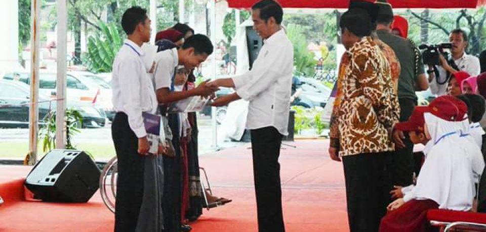 Presiden RI Serahkan KIP, PKH dan Bansos Rastra di Gowa