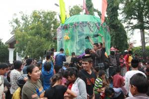 Masyarakat Gowa, beramai-ramai mengambil bakul maudu sebagai simbol kegembiraan -Foto/Humas-