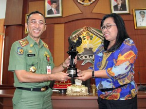 Sekkab Gowa, H Muchlis menerima cinderamata dari Ketua Komisi III DPRD Buleleng, Made Putri Nareni. -foto/humas-