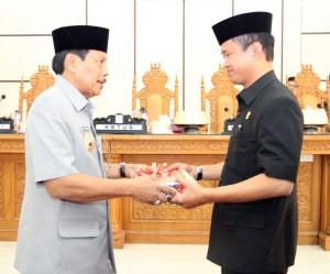 Penjabat Bupati Gowa, H Muh Sidik Salam menyerahkan Ranperda kepada DPRD Kab Gowa. -foto/humas-