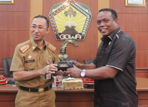 Sekretaris Daerah Kab H.Muchlis menyerahkan cindera mata kepada ketua rombong DPRD Wakatobi