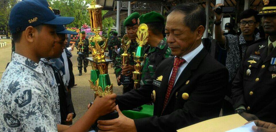 Wabup Serahkan Piala Lomba Seni HUT TNI Ke-71