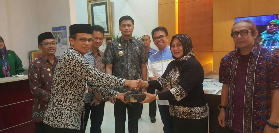 Keluarga Adnan-Kio Serahkan Bantuan Pembangunan Masjid Agung