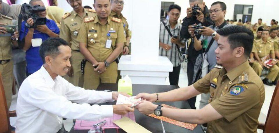 Bupati Serahkan Daftar Himpunan Ketetapan Pajak Tahun 2017