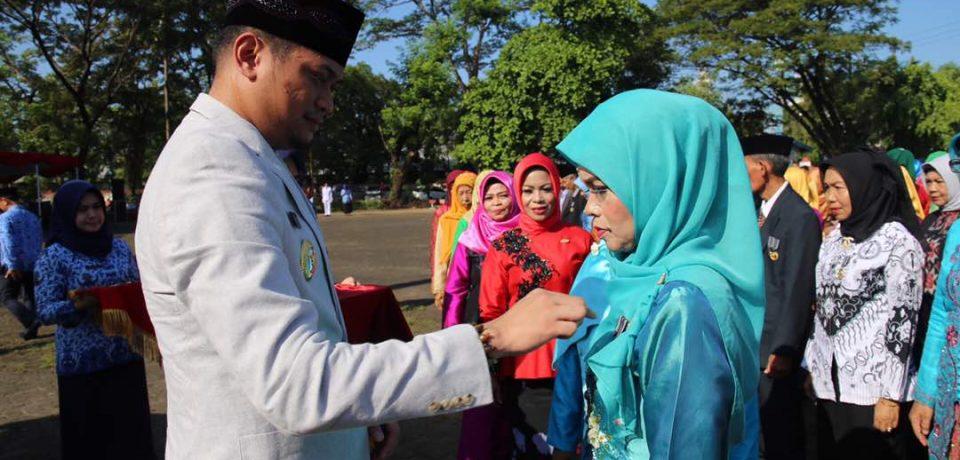 Peringati Hardiknas, Adnan Sematkan Satya Lencana Kepada 149 Tenaga Pendidik