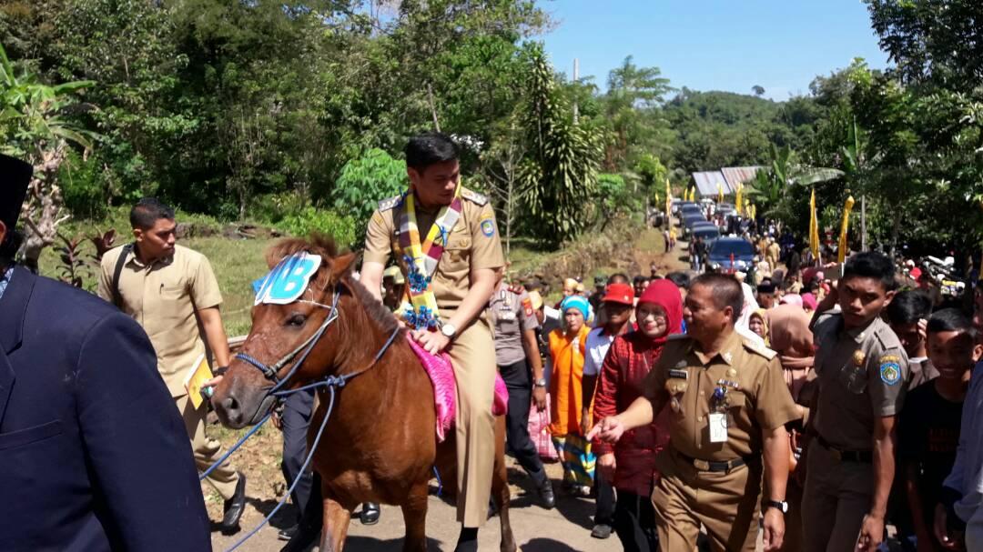 Bupati Naik Kuda Menuju Lokasi Pencanangan Kampung KB