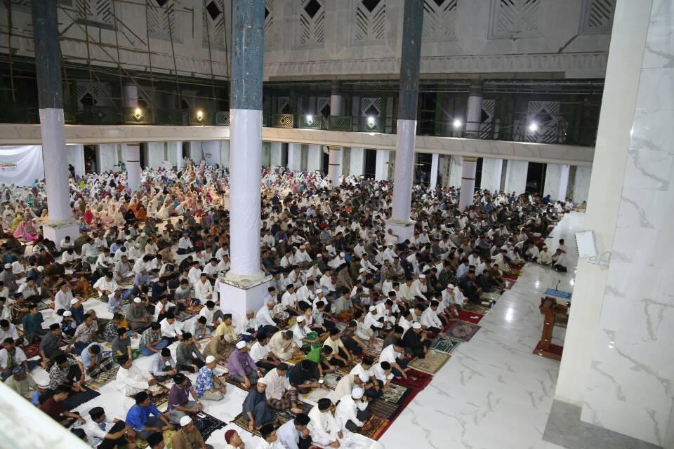 Warga Gowa Tarwih Pertama di Masjid Agung Syekh Yusuf