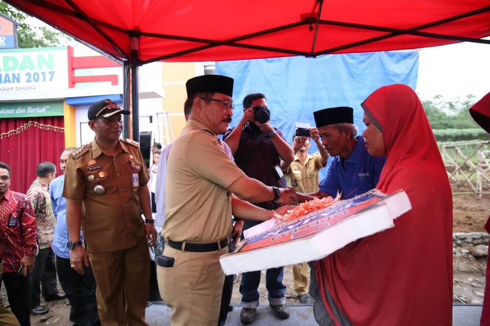 Wabup Serahkan Bantuan Ramadan Rumah Impian