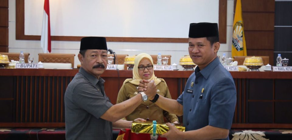 Wabup Gowa Serahkan Ranperda Pertanggungjawaban APBD 2016