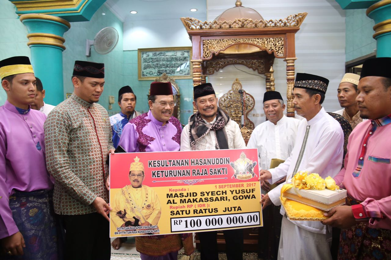 Tuanku Karameng Sakti Serahkan Bantuan 100 Juta Rupiah di Masjid Syekh Yusuf Lakiung