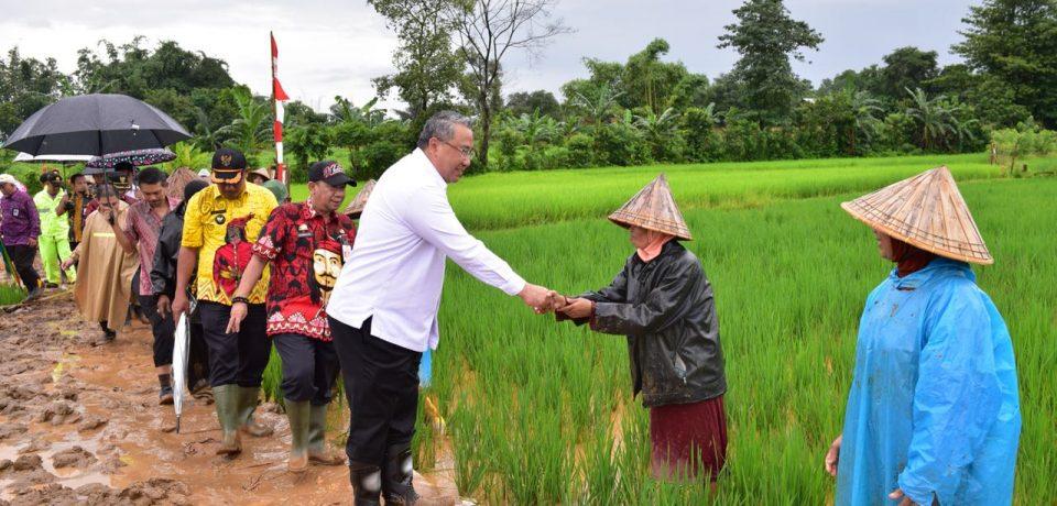 Kemendes PDTT Tinjau Program Padat Karya di Pattalassang