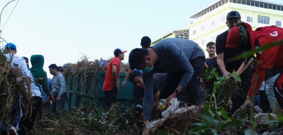 Bersama Pemuda Gowa, Adnan Bersihkan Kanal Tombolo