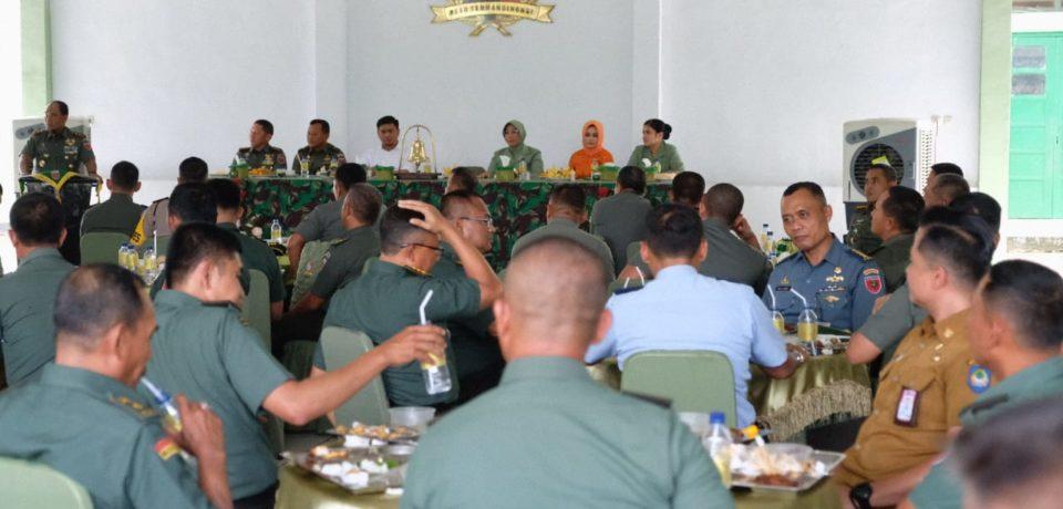Diakhir Tahun, Adnan Makan Bersama dengan 800 TNI AD Kodam Hasanuddin