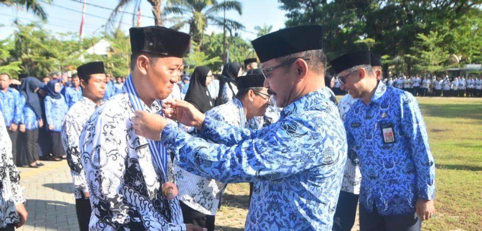 Guru Berprestasi Diberi Medali dan Piagam Penghargaan Oleh Pemkab Gowa