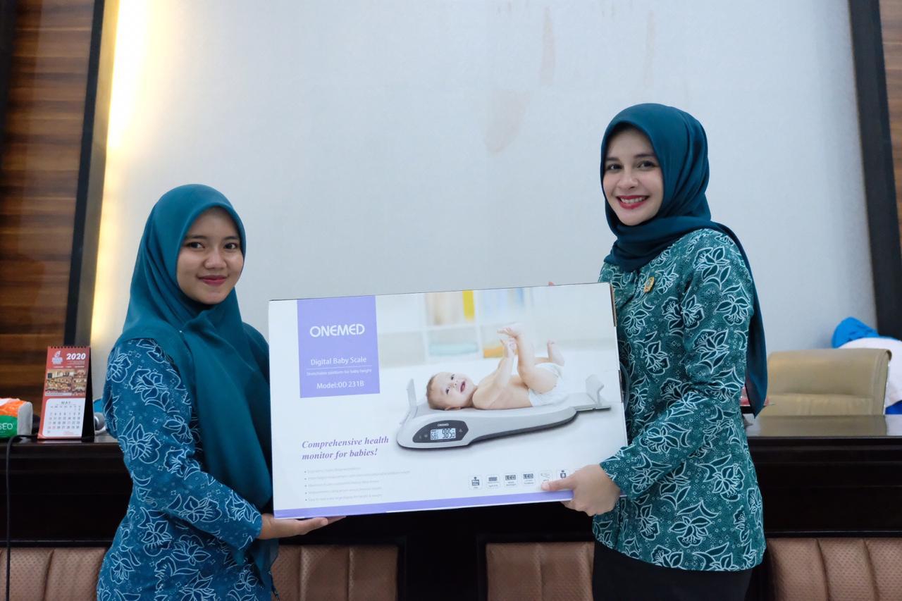 Priska Adnan Serahkan Timbangan Bayi Digital ke Dua Desa di Gowa