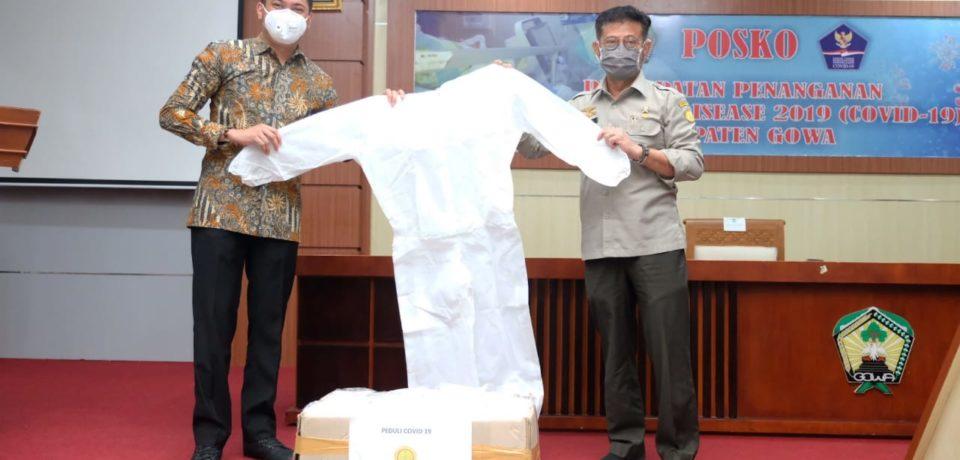 Mentan Serahkan 30 Baju Hazmat dan 1000 Masker Medis untuk Tangani Covid-19 di Gowa