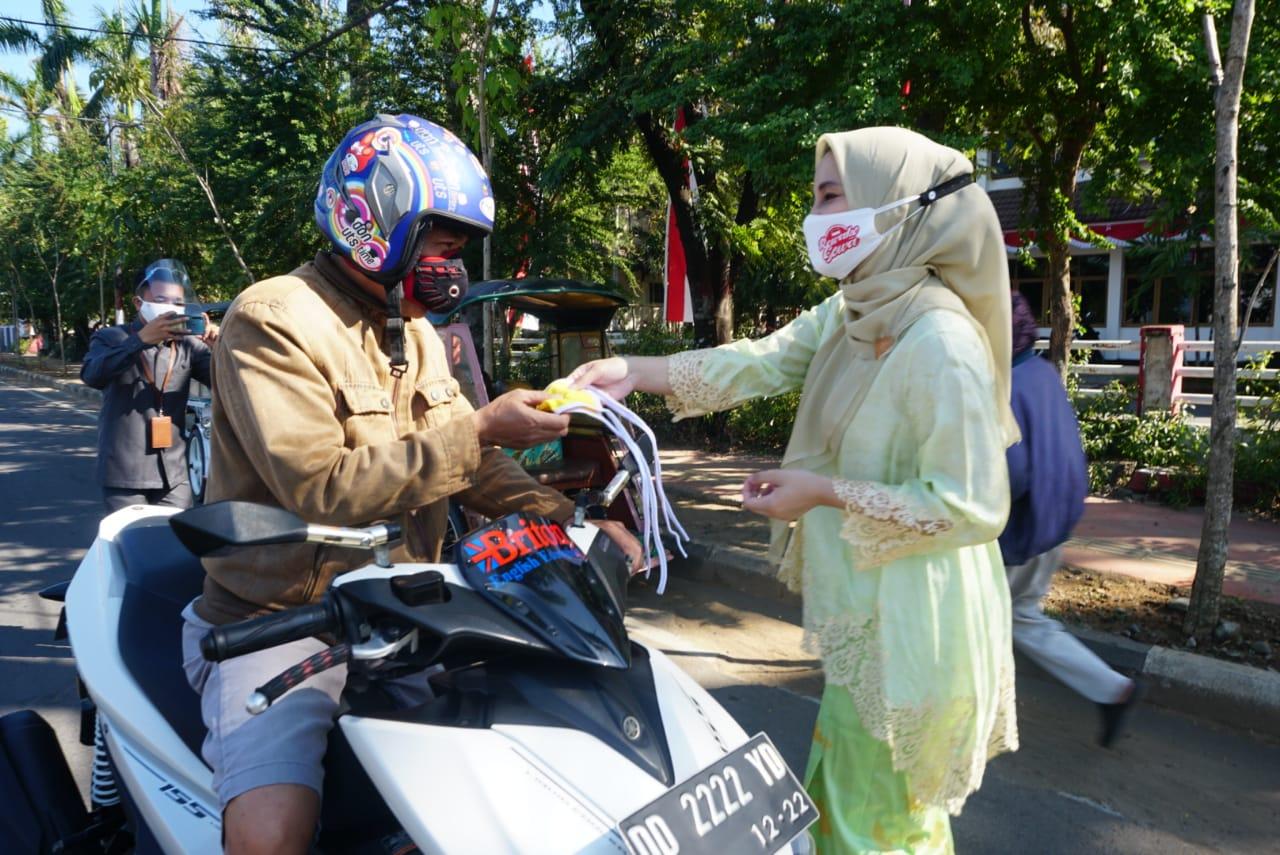 HUT RI Ke-75, PKK Gowa Bagikan Puluhan Ribu Masker Ke Masyarakat