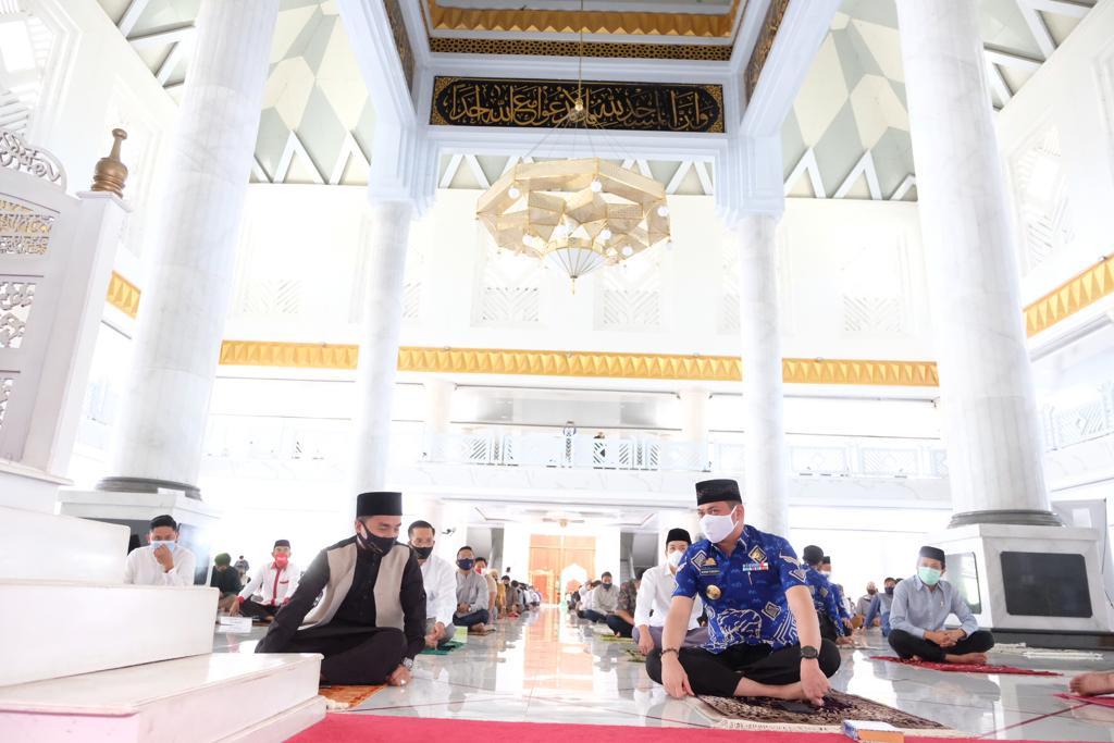 Bupati dan Wabup Gowa Shalat Jumat Bersama Ustadz Taqy Malik di Masjid Agung Syekh Yusuf