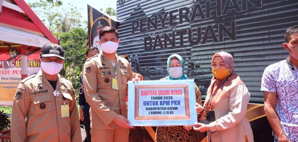 Kunker di Bontolempangan dan Bungaya, Pemkab Salurkan Bansos Beras Kepada 1.952 KPM
