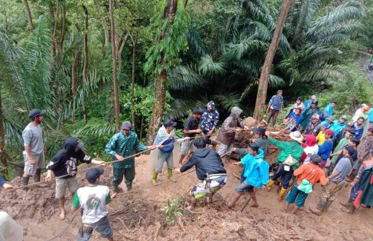 Warga Tinggimoncong Gotong Royong Bersihkan Material Longsor