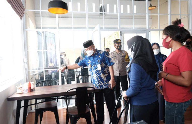 Hari Ketiga Penegakan Prokes, Wabup Gowa Pantau Sejumlah Rumah Makan